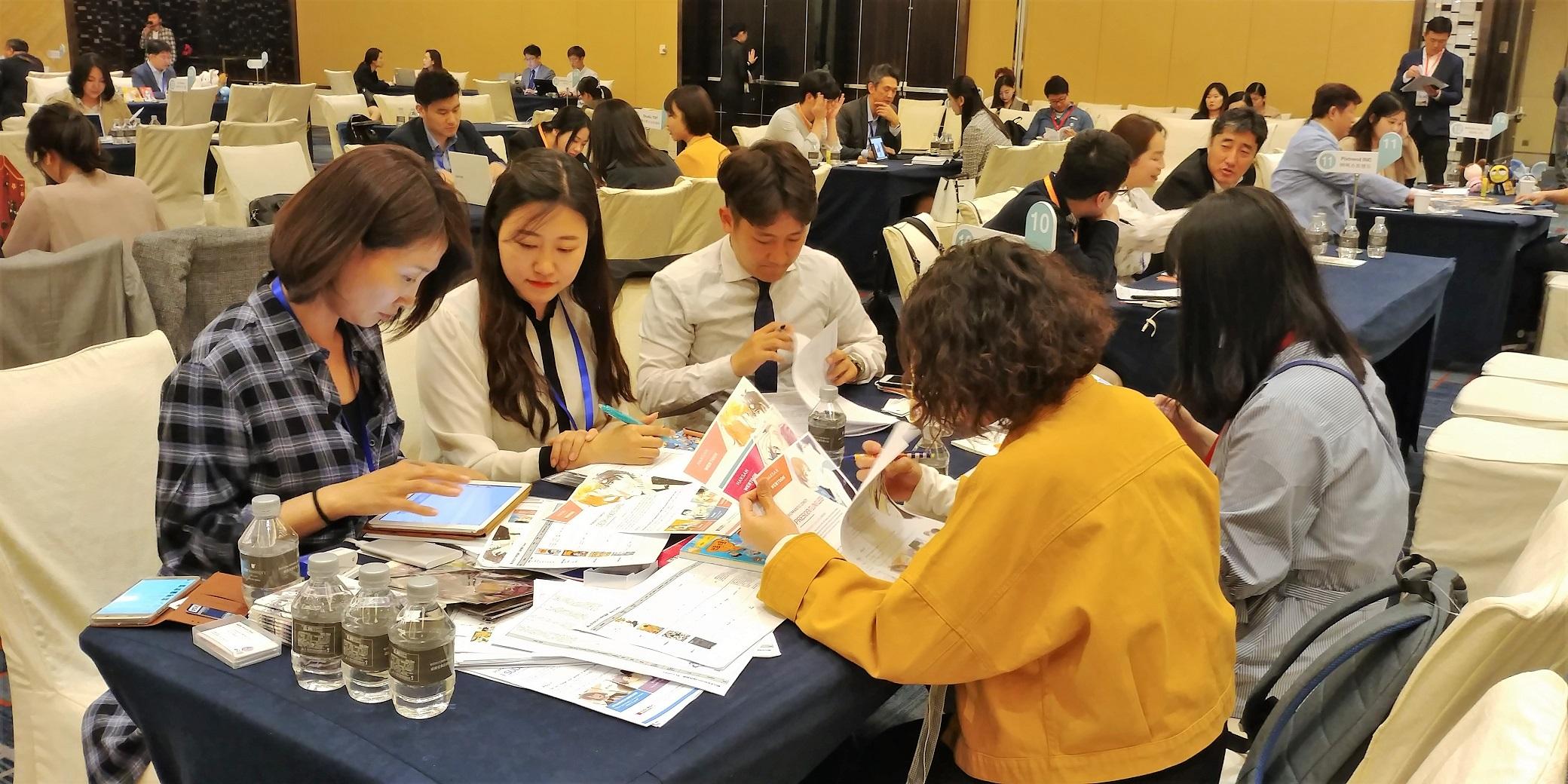 사진3_베이징에서 1대1 비즈니스 상담 중인 한국 웹툰 콘텐츠기업 학산문화사(왼쪽).jpg