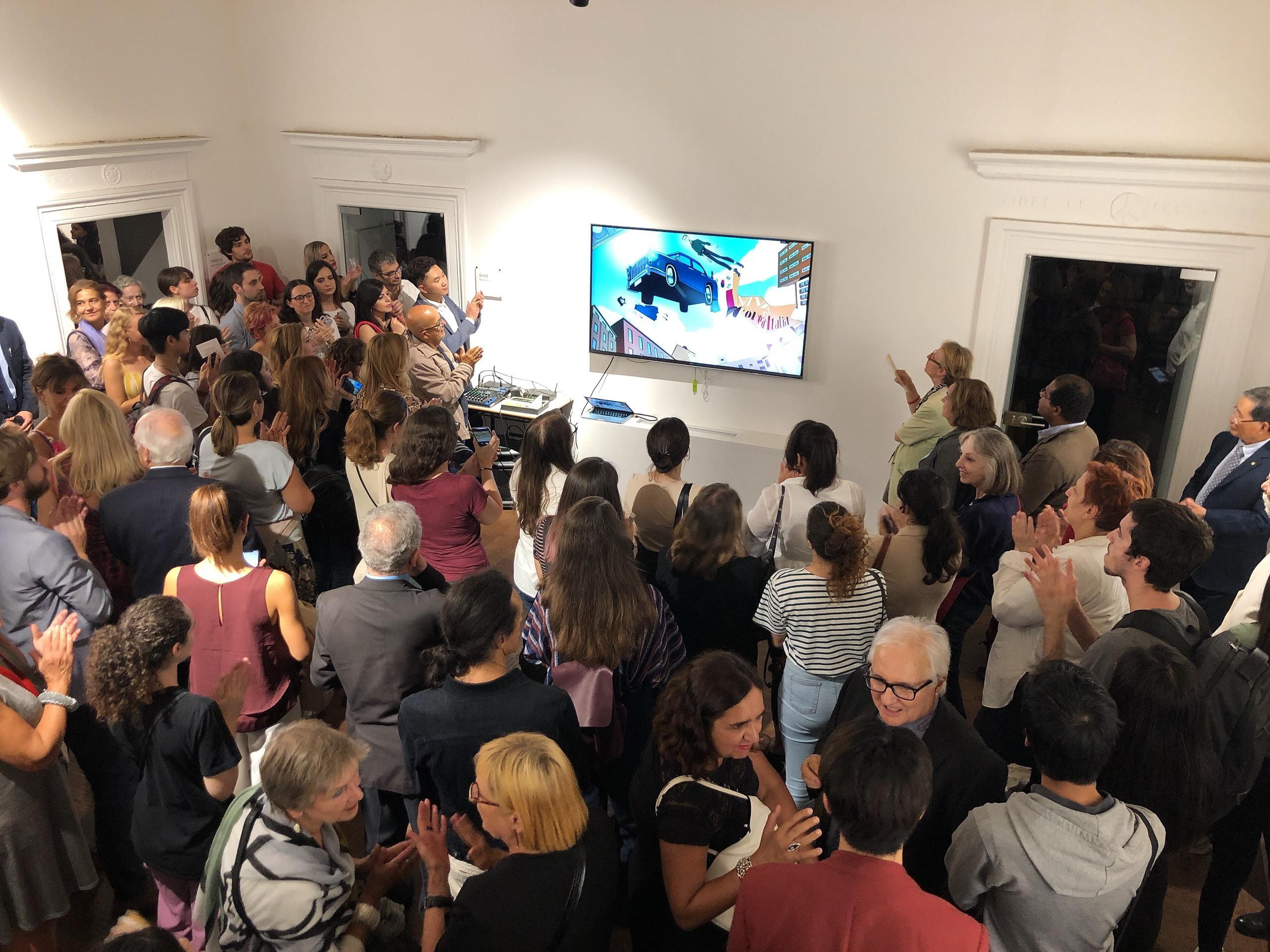 3. 주이탈리아문화원에 오픈한 웹툰 세계에 오신 것을 환영합니다 전시 개막식에서 최용성 작가의 드로잉 영상을 보며 감탄하고 있는 관람객들.jpg